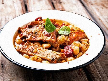 Печен боб със свински ребра и зеленчуци на фурна - снимка на рецептата